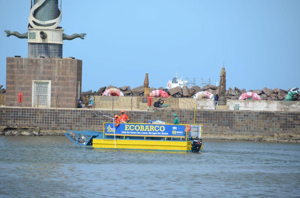 Ecobarco da Emlurb já retirou mais de 22 toneladas de detritos do Capibaribe.