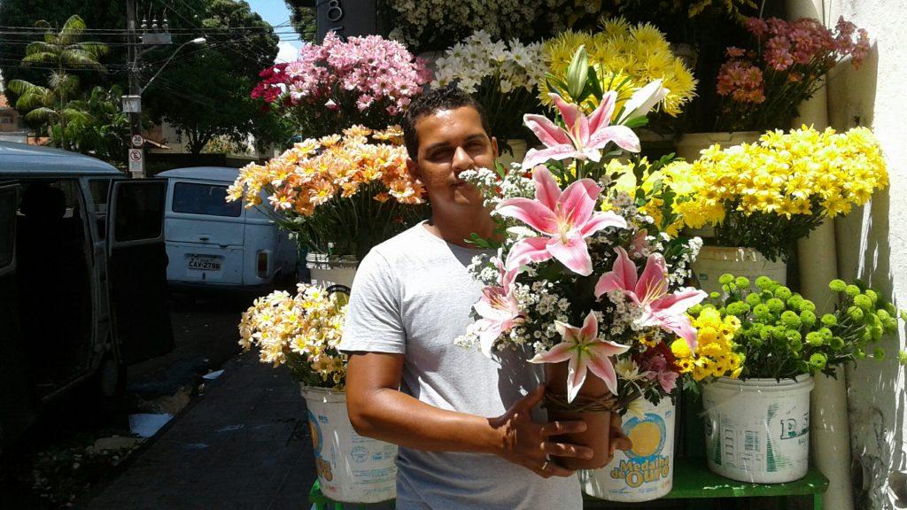 """Nelson Alves vende flores há uma década na Avenida Malaquias: """"flor é amor, é vida"""", diz."""