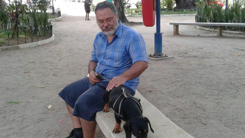 """Walter elogia zelo dos moradores com a Praça Professor Fleming, mas acha que a prefeitura """"tem que fazer a sua parte""""."""