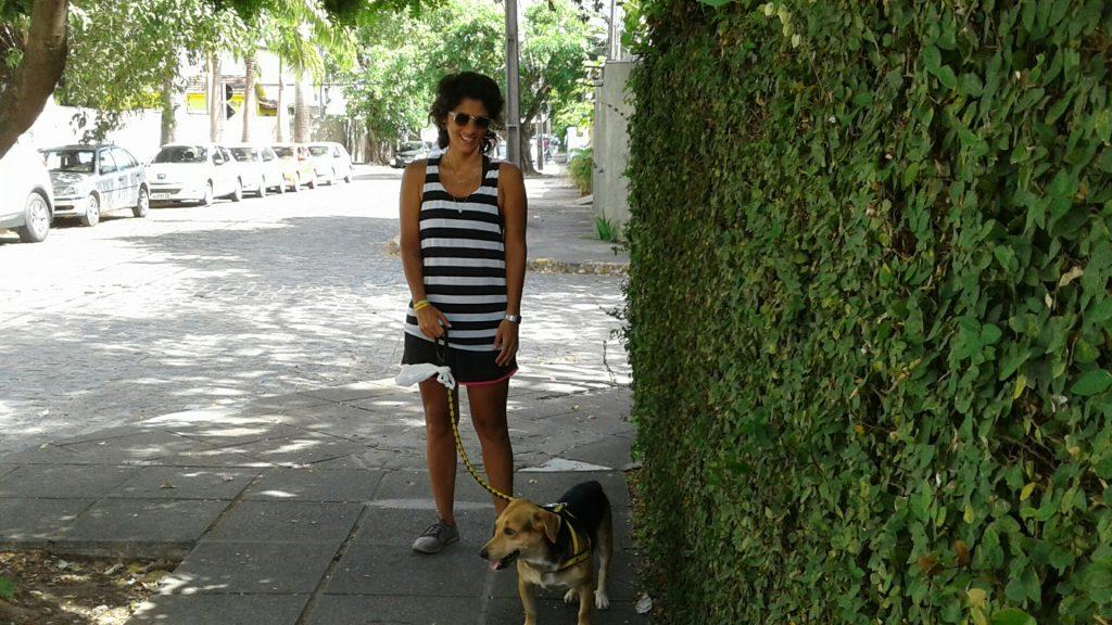 Vizinha de uma cl´ninca veterinária, Maria Marchesini vivia incomodada com a sujeira em frente à sua casa.