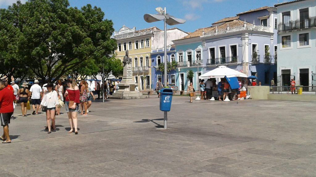 Ao contrário da Praça Dom Vital, do Recife, o Pelourinho não envergonha turistas: limpeza impecável.