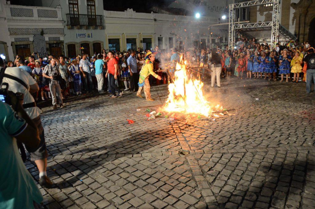 A queima da Lapinha é tradição que remont ao século 19, com os jesuítas.