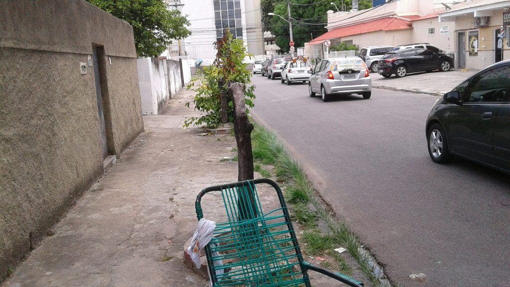 Só na Rua Gomes Coutinho, na Tamarineira, há dois tocos de árvores que sucumbiram à falta de cuidado.