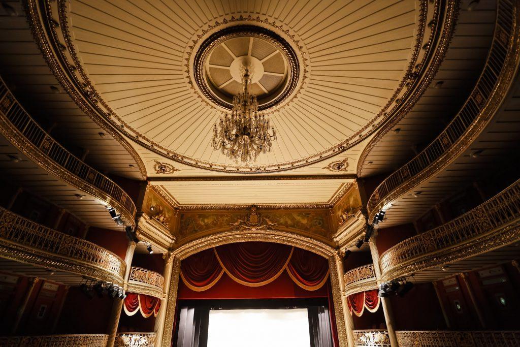 Mais tradicional casa de espetáculos de Pernambuco, o Teatro Santa Isabel recebe visitas guiadas.
