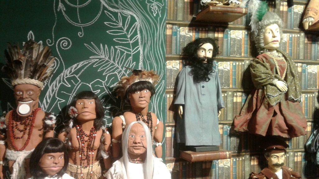 Bonecos em exposição no Sesc Santo Amaro mostram a história do Brasil e do Grupo Mão Molenga.