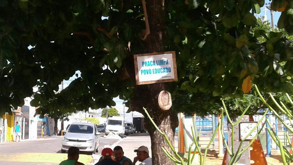 Veja que iniciativa legal de moradores do Morro da Conceição: jardim e placa para combater a sujeira na Praça do Santuário.