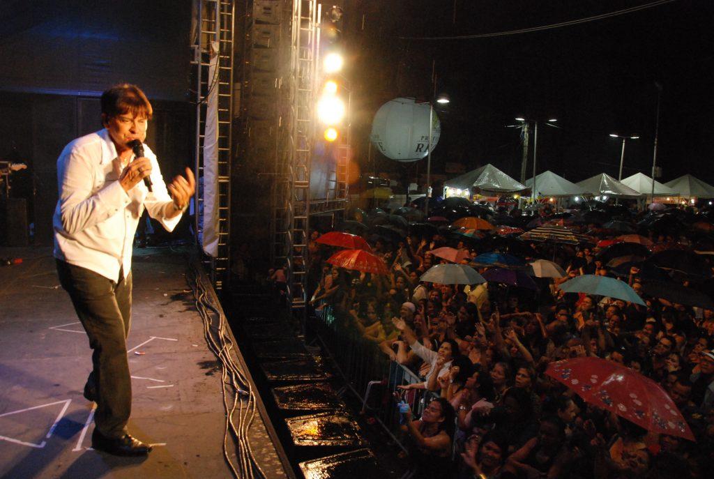 Adilson Ramos vai movimentar a Noite dos Anos 60. no Festival da Seresta. Levar guarda-chuva é bom.