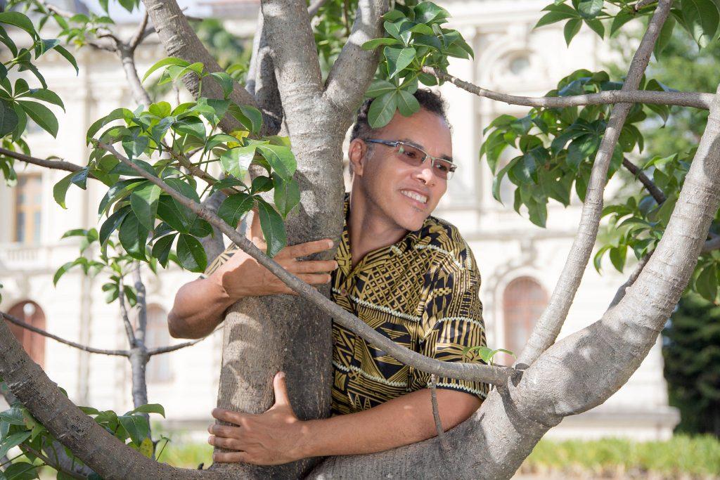"""Estudioso do baobá, Fernando Batista leva mudas para o Brasil. """"Baobás pernambucanos são sacralizados na Bahia""""."""