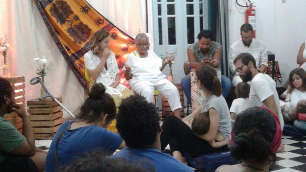 Ebomi Cici encanta crianças e adultos, contando históricas da cultura africana.