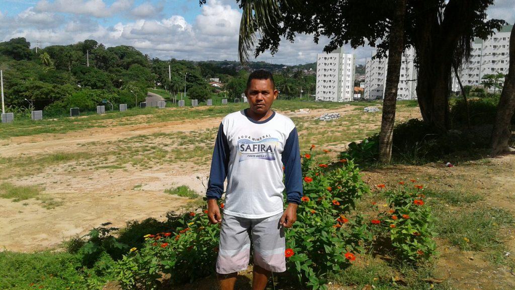 Residente desde os onze no bairro de Aurora, junto à Mata do Frio, João José Nóbrega, 44, reclama da destruição de fruteiras como pés de manga e araçá em Paulista.