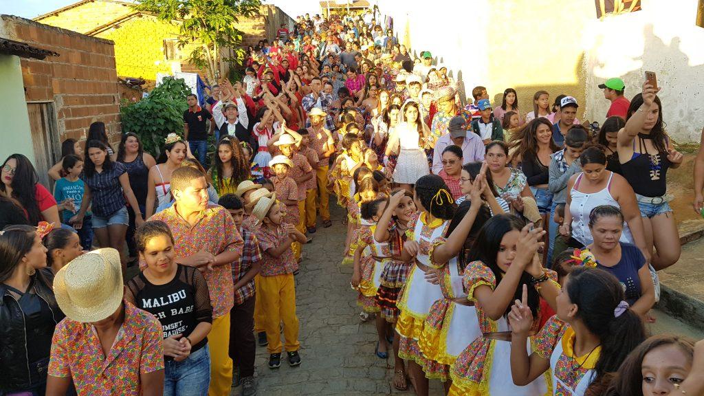 Cortejo teve quadrilha tradicional, bacamarteiros,  trio pé-de-serra e muita animação pelas ruas: São João tradicional.